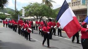 Creoolse band bij Parade op 14 Juli, de Franse Nationale feestdag in Marigot stock videobeelden