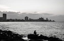 Crepúsculo al lado del mar en La Habana, Cuba imagenes de archivo
