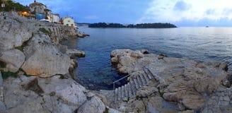 Crep?sculo ao longo da linha costeira de Rovinj do rugget fotos de stock royalty free