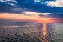 Crepúsculo bonito sobre o oceano calmo com feixe do sol Fotos de Stock Royalty Free