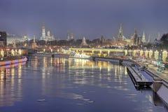 Crepúsculo da manhã sobre a Moscou festiva em feriados de inverno imagem de stock