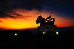Crepúsculo da noite de Lion Park e da luz em Tailândia O parque é PNF imagens de stock
