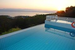 Crepúsculo da piscina fotografia de stock royalty free