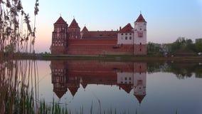 Crepúsculo de abril en el astle MIR, Bielorrusia almacen de video