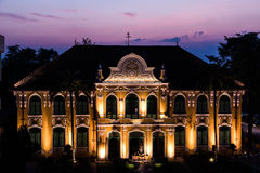Crepúsculo de Chao Phya Abhaibhubejhr Hospital Fotos de Stock Royalty Free
