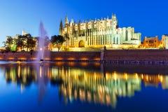 Crepúsculo de la catedral de la iglesia de Catedral de Palma de Mallorca Majorca Fotos de archivo