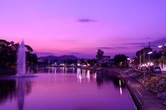 Crepúsculo de la tarde en parque público fotos de archivo libres de regalías