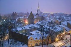 Crepúsculo de Misty March sobre a cidade velha Tallinn, Estónia Fotos de Stock Royalty Free