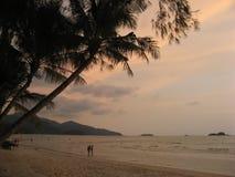Crepúsculo después de una puesta del sol en la isla tropical Imágenes de archivo libres de regalías