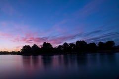 Crepúsculo después de una puesta del sol en una playa, exposición larga Imágenes de archivo libres de regalías