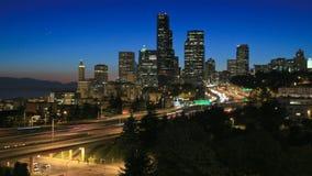 Crepúsculo do lapso de tempo da arquitetura da cidade de Seattle vídeos de arquivo