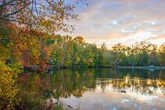 Crepúsculo em Autumn Lake Foto de Stock Royalty Free