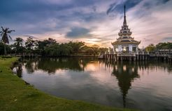 Crepúsculo en Chalerm Phra Kiat Park - Nonthaburi Tailandia imagen de archivo