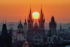 Crepúsculo en ciudad histórica Imagen mágica de la torre con el sol anaranjado en Praga, Foto de archivo libre de regalías