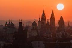 Crepúsculo en ciudad histórica Imagen mágica de la torre con el sol anaranjado en Praga, Imagen de archivo