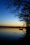 Crepúsculo en el lago imagen de archivo libre de regalías