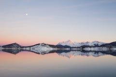 Crepúsculo en el lago de apennines Imagen de archivo libre de regalías