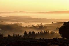 Crepúsculo en el pueblo en el campo en otoño imagen de archivo libre de regalías