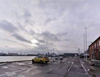 Crepúsculo en el puerto industrial en el estacionamiento en rhus de Ã… imagenes de archivo