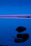 Crepúsculo en el río imagenes de archivo