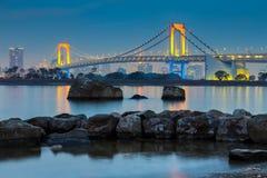 Crepúsculo en la bahía de Tokio en el puente del arco iris, Odiaba Japón fotografía de archivo