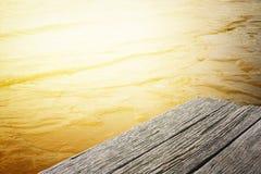 Crepúsculo en la playa con las pequeñas ondas Fotos de archivo