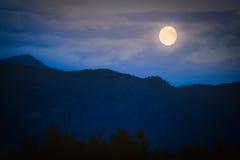 Crepúsculo en montañas con la Luna Llena Foto de archivo libre de regalías