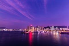 Crepúsculo en refugio del tifón de la bahía del terraplén Foto de archivo libre de regalías
