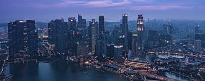 Crepúsculo en Singapur CBD céntrico Marina Bay Skyscrapers - el despertar de la noche imágenes de archivo libres de regalías