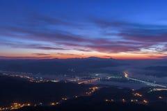Crepúsculo hermoso del amanecer de la madrugada con salida del sol del cielo en el mounta Fotografía de archivo libre de regalías