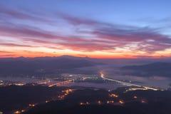 Crepúsculo hermoso del amanecer de la madrugada con salida del sol del cielo en el mounta Fotos de archivo libres de regalías