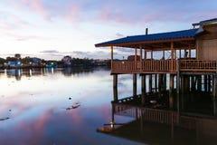 Crepúsculo hermoso sobre el río Fotos de archivo libres de regalías