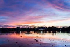 Crepúsculo hermoso sobre el río Imagenes de archivo