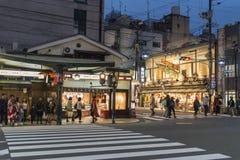 Crepúsculo Kyoto da noite da esquina da rua de Shijo Dori fotos de stock royalty free