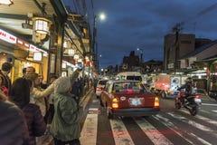 Crepúsculo Kyoto da noite da rua de Shijo Dori foto de stock royalty free
