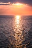 Crepúsculo maravilhoso sobre o oceano calmo no verão Fotografia de Stock