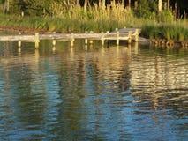 Crepúsculo na água e no cais Fotos de Stock Royalty Free