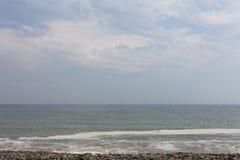 Crepúsculo na imagem bonita do horizonte da natureza com céu azul Ondas de oceano na praia com o céu azul com as nuvens no horizo fotografia de stock