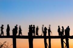 Crepúsculo na ponte de Uben em Myanmar imagens de stock royalty free
