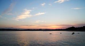Crepúsculo na praia Imagem de Stock