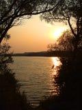 Crepúsculo no lago Imagem de Stock Royalty Free