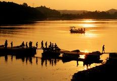 Crepúsculo no rio Imagens de Stock Royalty Free
