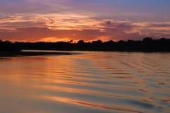 Crepúsculo no rio Fotografia de Stock