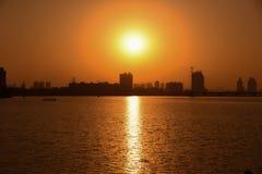 Crepúsculo no rio Fotos de Stock