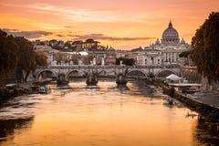Crepúsculo no rio de Tibre com vista da abóbada do Vaticano de Saint Peter Basilica e Sant 'Angelo Bridge em Roma, Itália fotos de stock royalty free