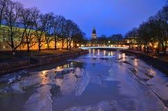 Crepúsculo púrpura en Turku, Finlandia Foto de archivo