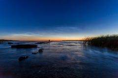 Crepúsculo pacífico sobre el mar con el embarcadero roto viejo fotos de archivo
