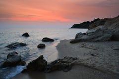 Crepúsculo pitoresco da costa das rochas foto de stock