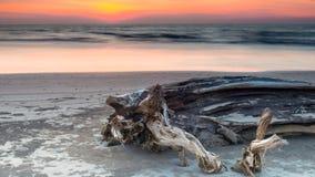 Crepúsculo, playa de Lutong imagenes de archivo