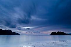 Crepúsculo, praia de Datai, Langkawi, Malaysia imagem de stock